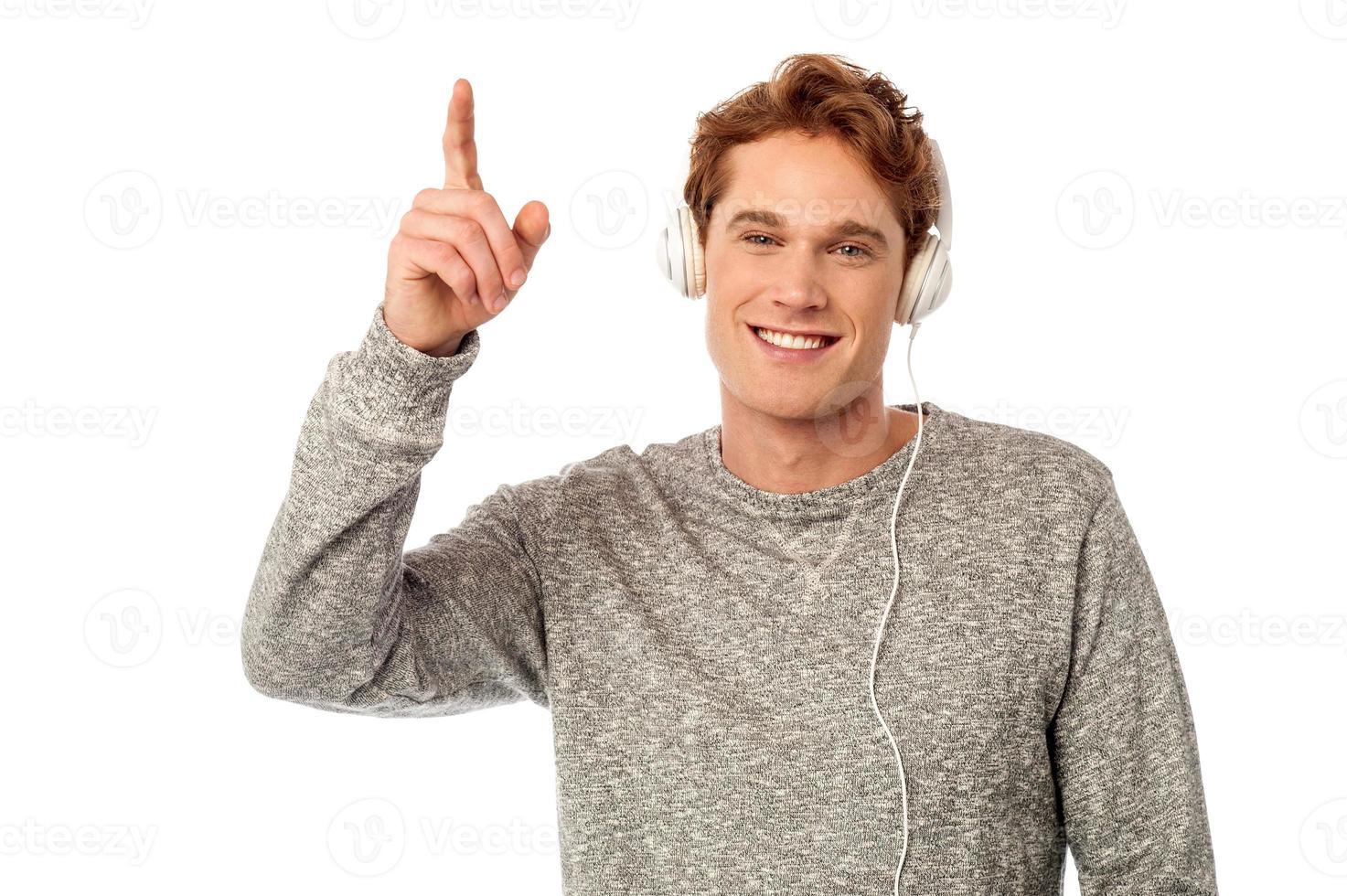cooler junger hübscher Kerl, der Musik genießt foto