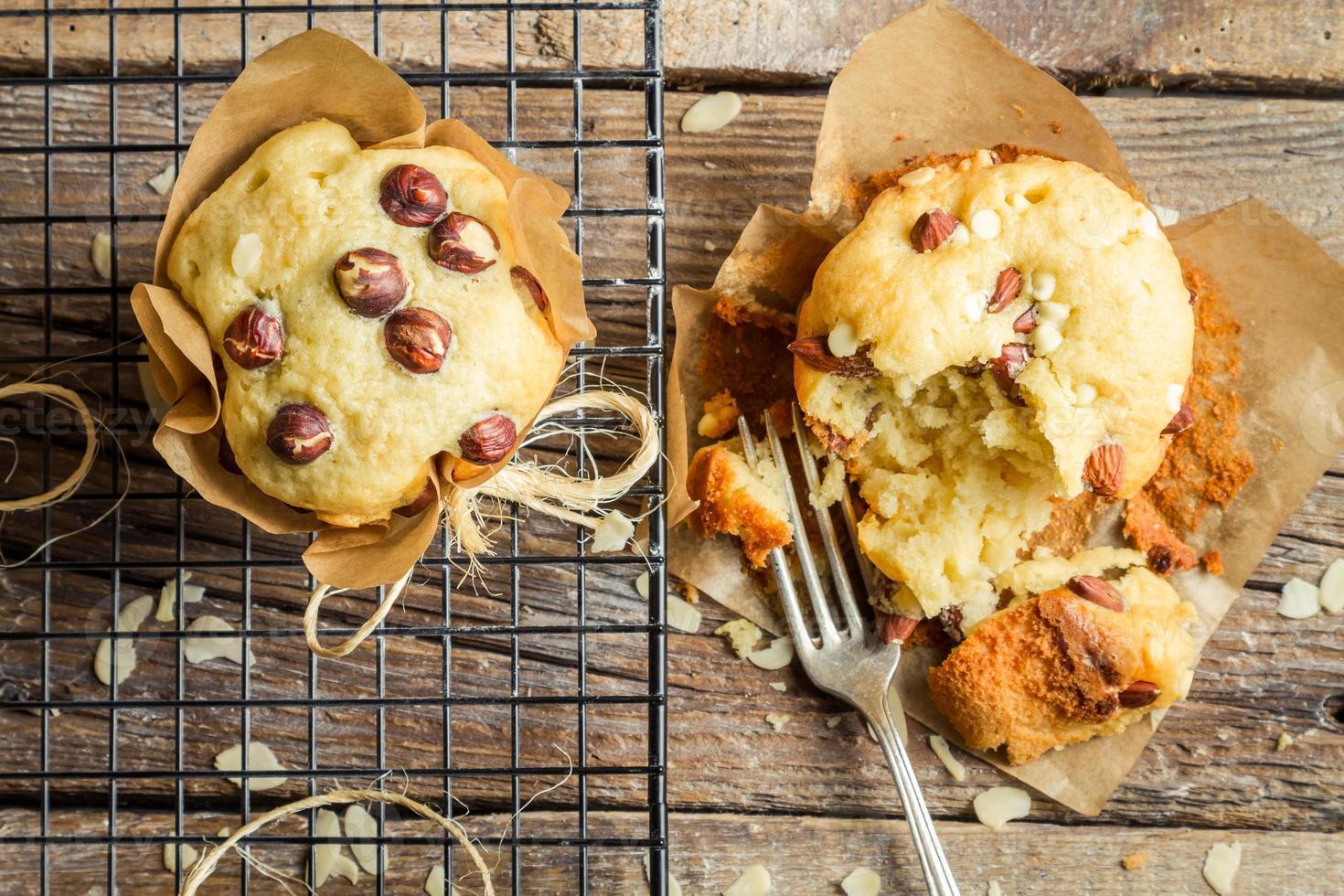 Genießen Sie Ihren Vanille-Muffin mit Mandeln foto