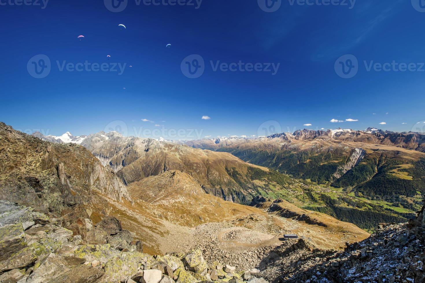 Gleitschirme mit majestätischem Blick auf die Schweizer Alpen foto