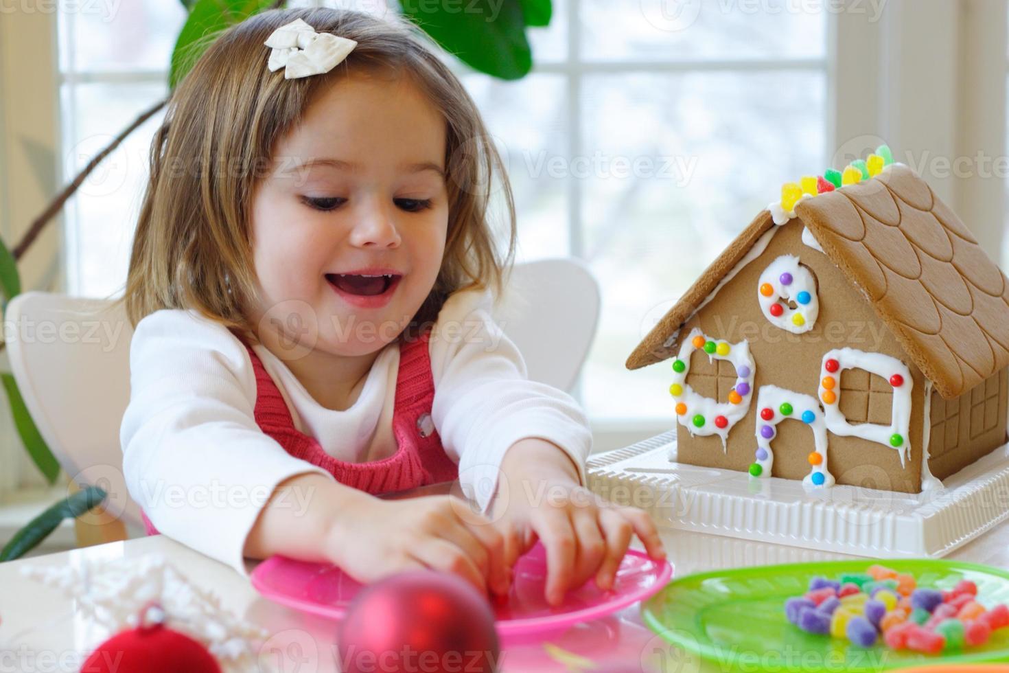 eine junge brünette Frau, die Weihnachtsaktivitäten genießt foto