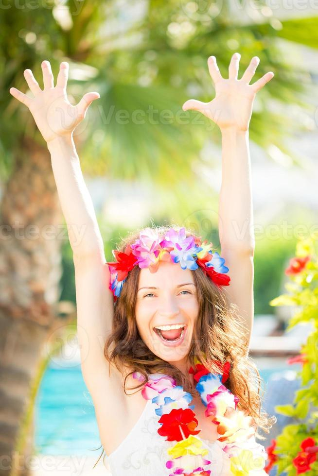 glückliche Frau, die Sonne am Strand genießt foto