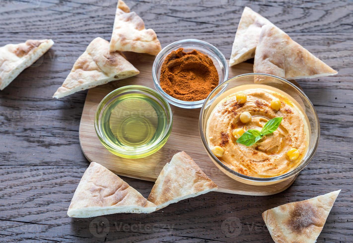 Schüssel Hummus mit Pita-Scheiben foto