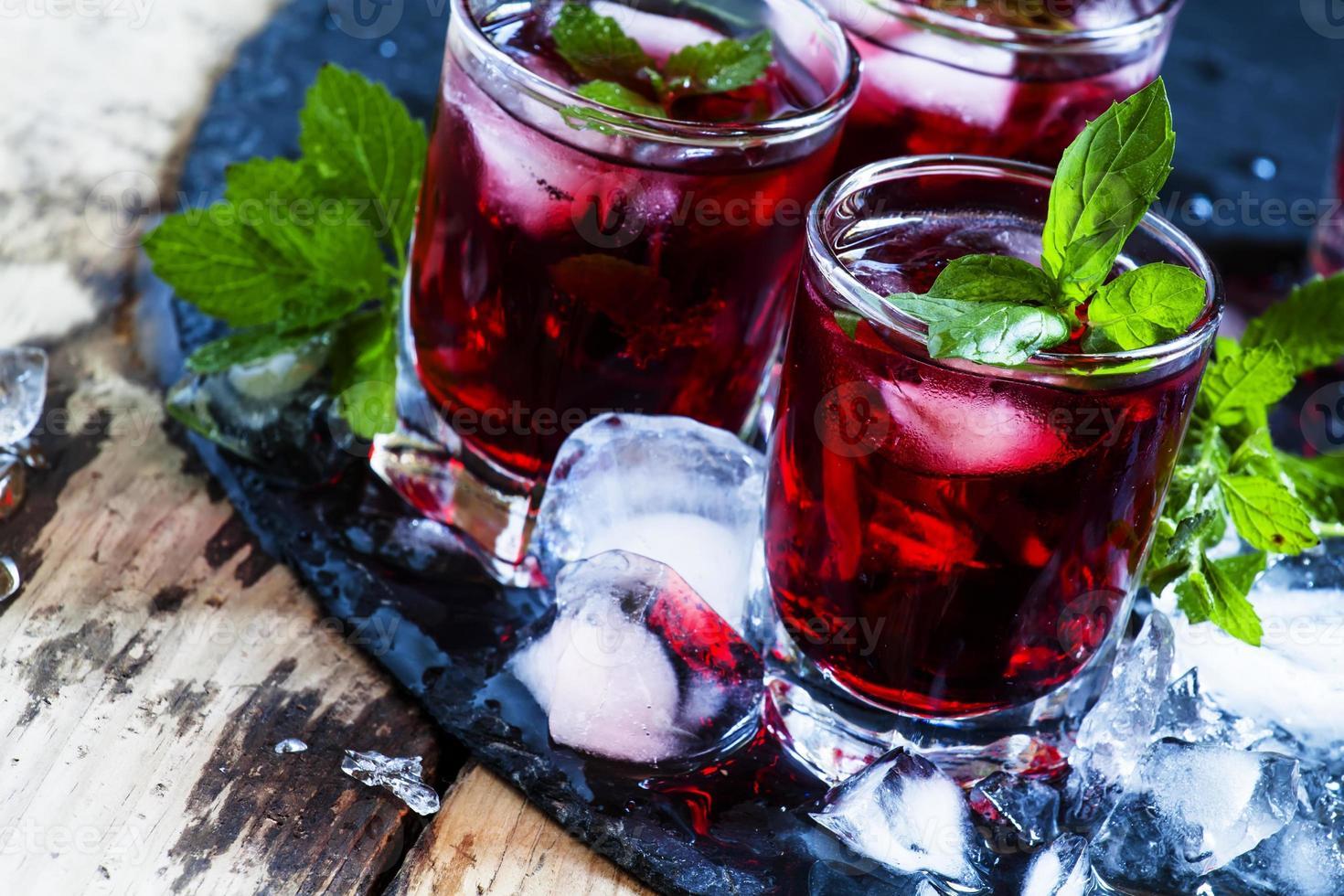 Granatapfelgetränk mit Minze und Eis foto