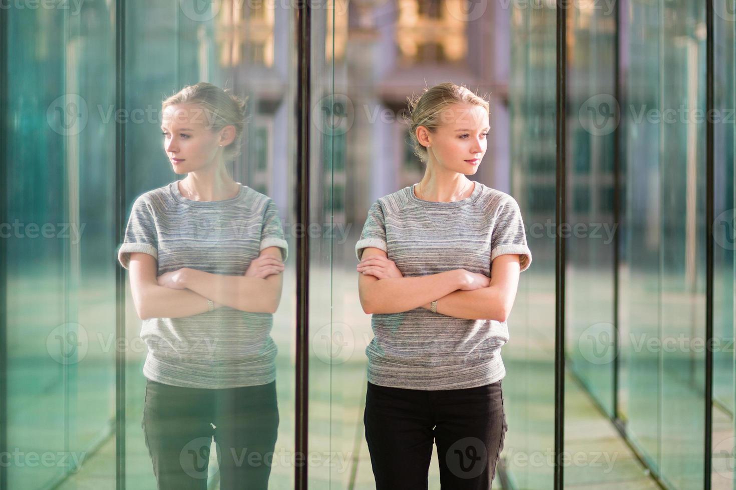 junge Geschäftsfrau im modernen Glasinnenraum foto