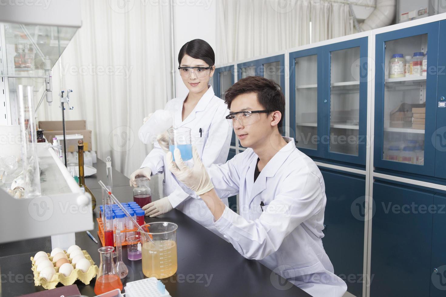 Zwei junge Leute kultivieren wissenschaftliche Forschungsexperimente foto