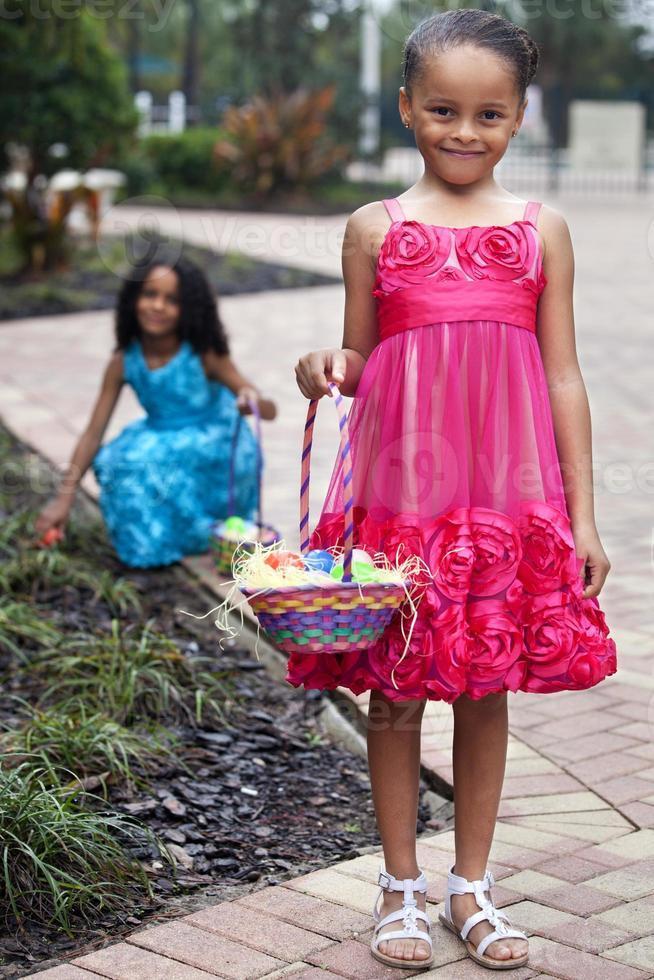 zwei junge Mädchen zu Ostern foto