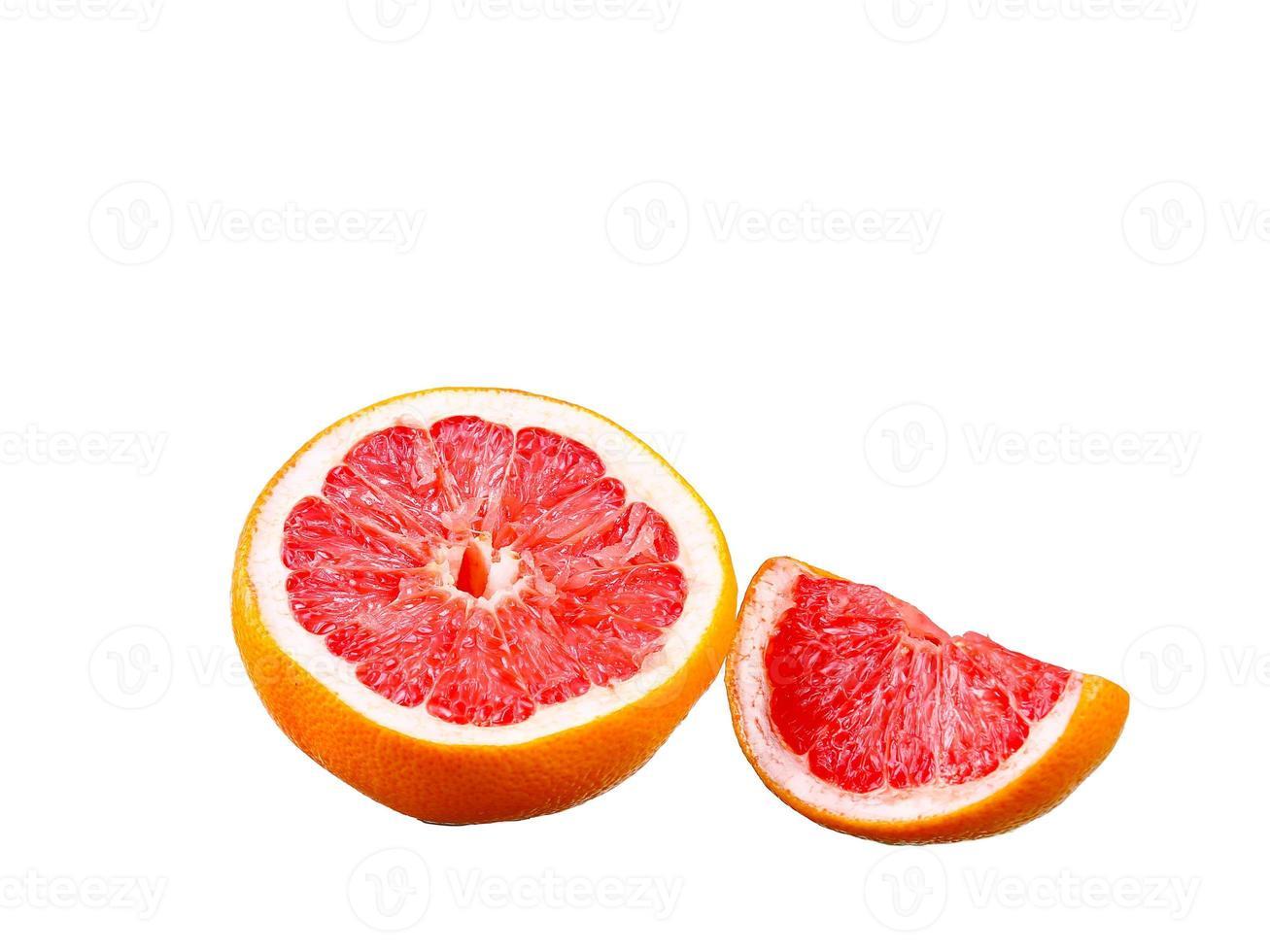 Grapefruit mit Segmenten auf weißem Hintergrund foto