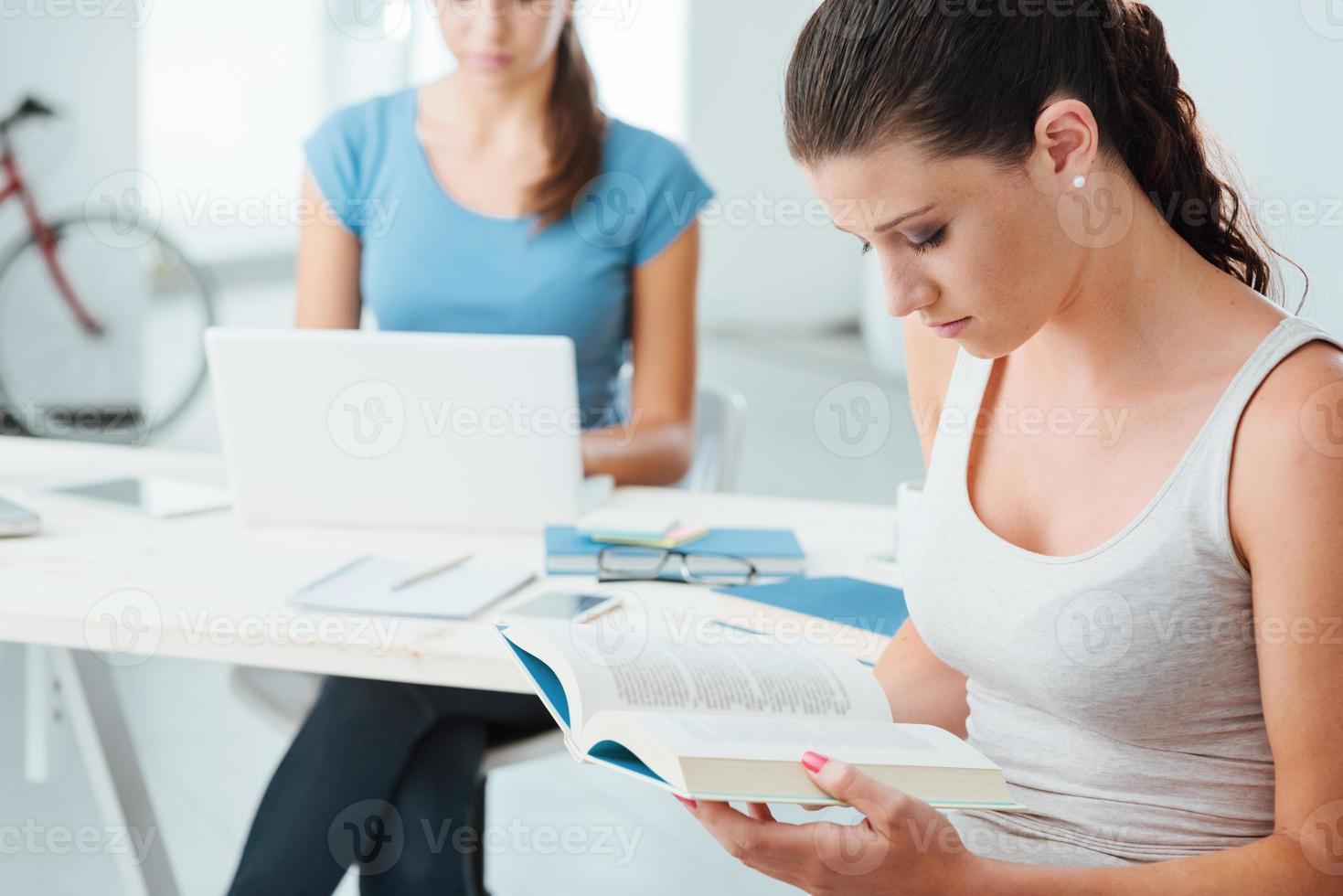 jugendlich Mädchen, die zu Hause studieren foto