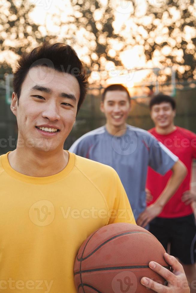 Freunde auf dem Basketballplatz, Porträt foto