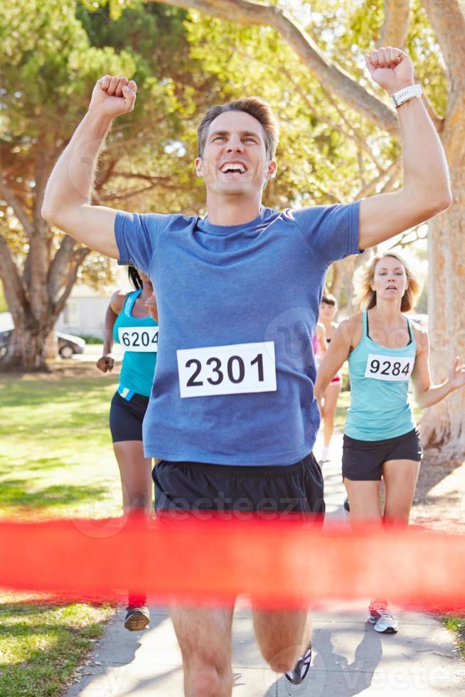 männlicher Läufer, der Marathon gewinnt foto