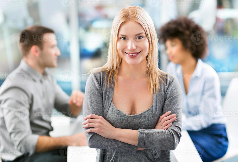 Geschäftsfrau mit ihrem Team foto