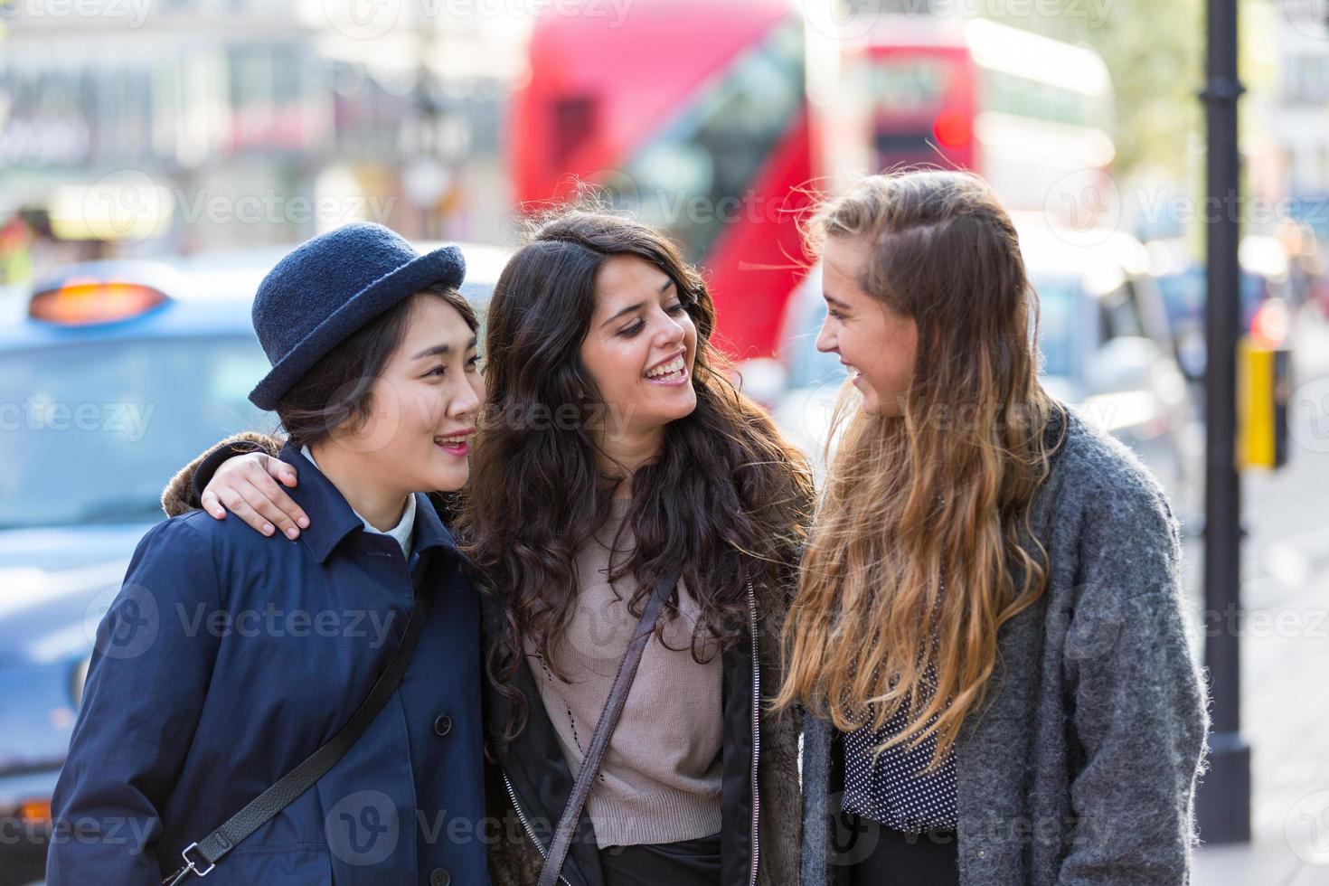gemischtrassige Gruppe von Mädchen, die in London gehen foto