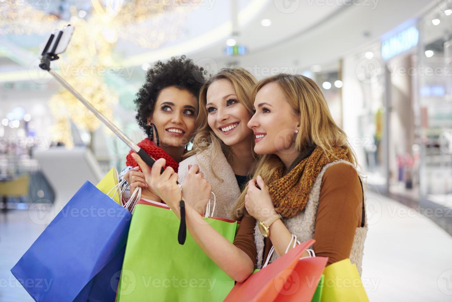 Selfie mit Selfie-Stick im Einkaufszentrum foto