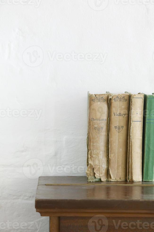 Bücher in einem Regal foto