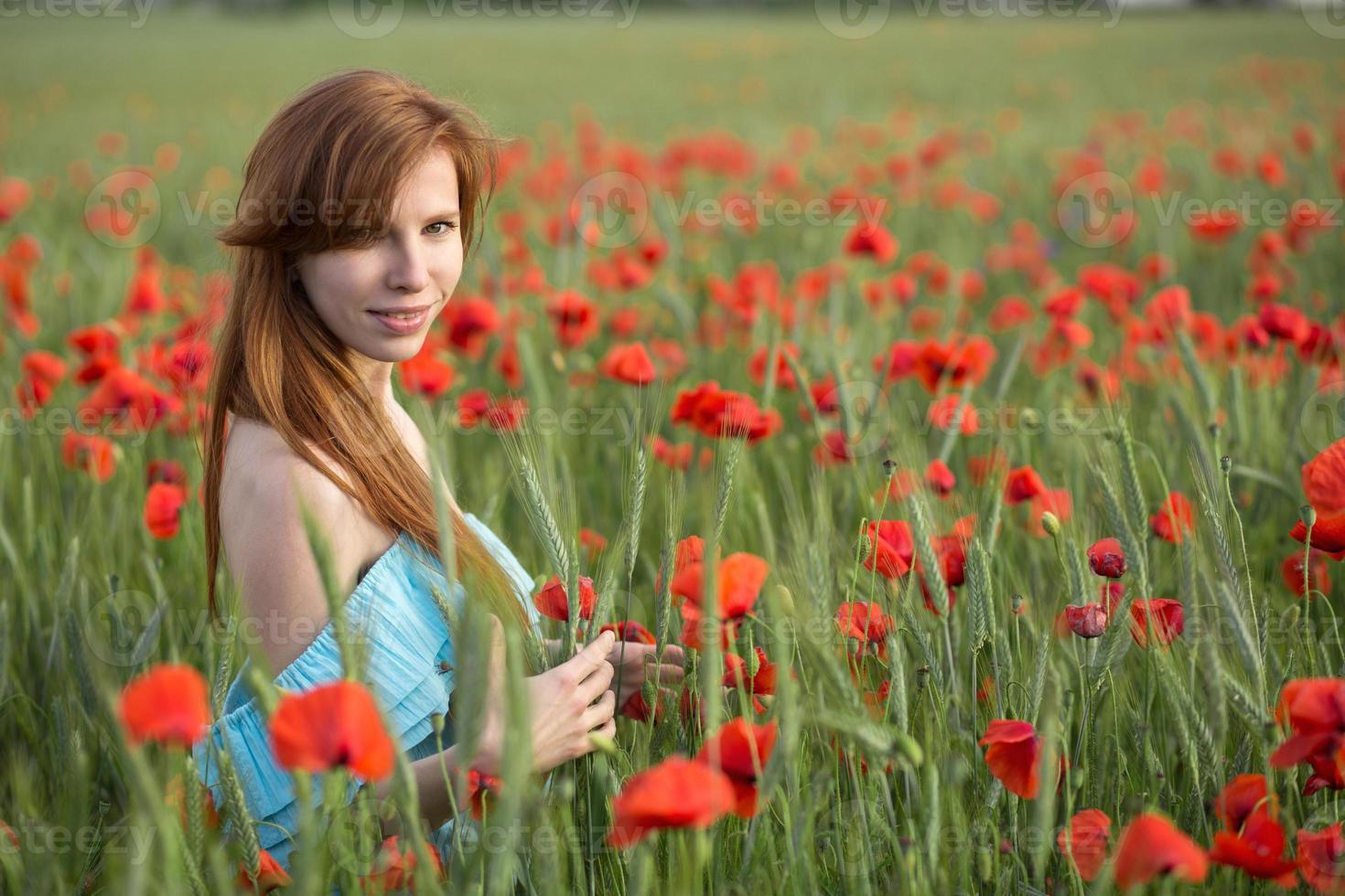 Mädchen in Mohnblumen foto