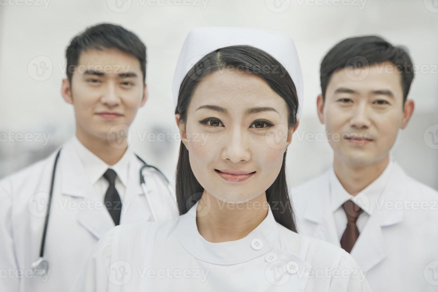 Porträt von Gesundheitspersonal in China, zwei Ärzten und Krankenschwester foto