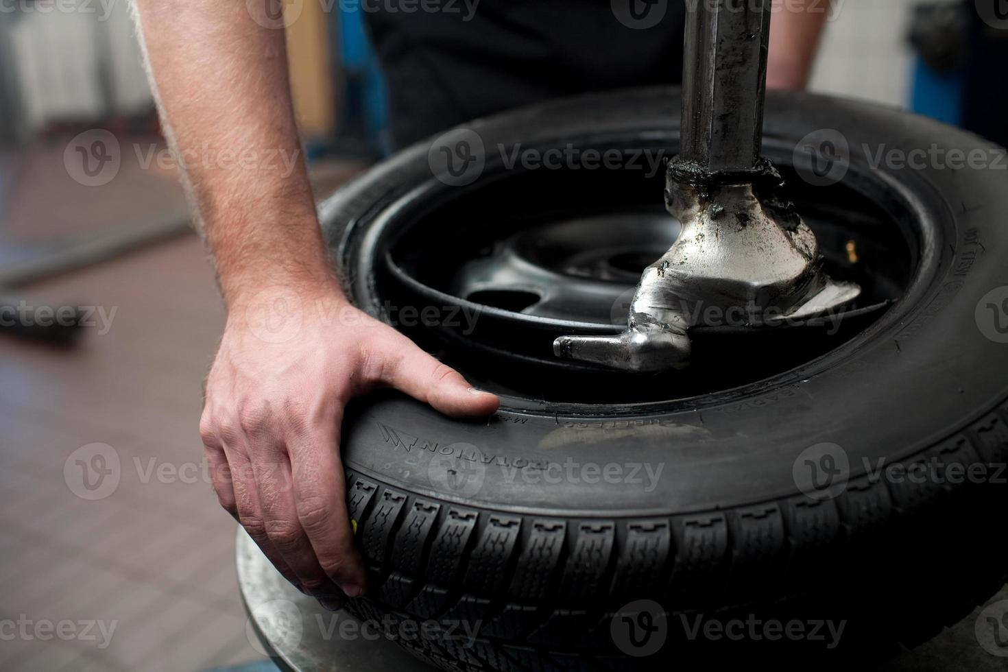 Nahaufnahme eines Reifenwechselprozesses foto