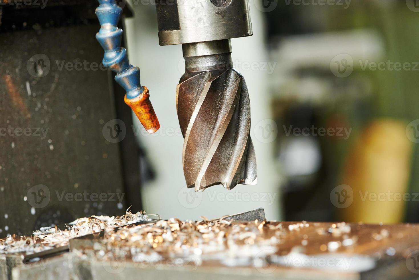 Bohrvorgang von Metall auf Werkzeugmaschine foto