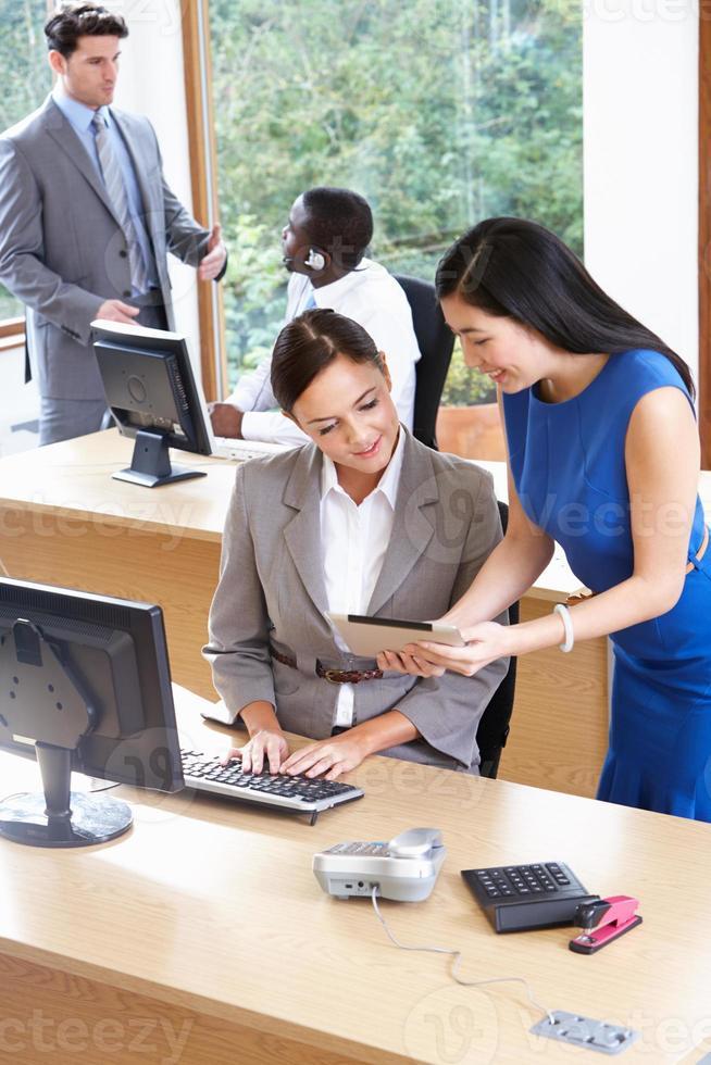 Geschäftsleute und Geschäftsfrauen, die im Büro arbeiten foto