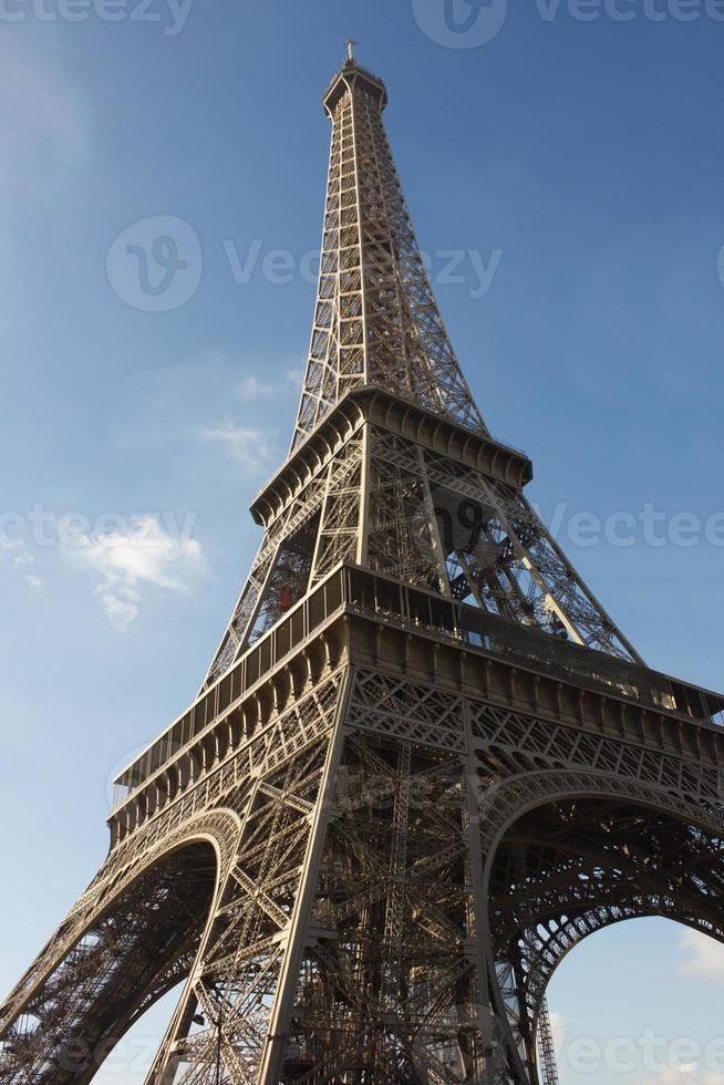 sonnenbeschienener Eiffelturm, Paris, gegen blauen Himmel foto