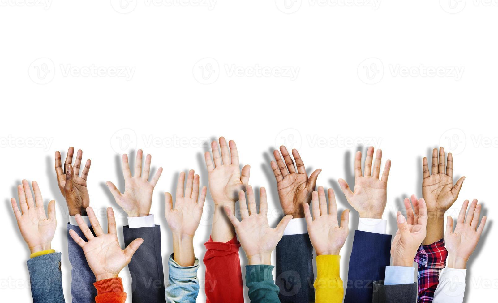 Gruppe von multiethnischen verschiedenen bunten Händen erhoben foto