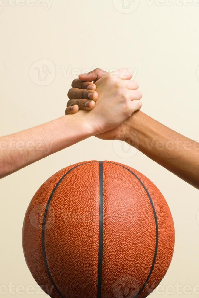 Handschlag mit Basketball foto