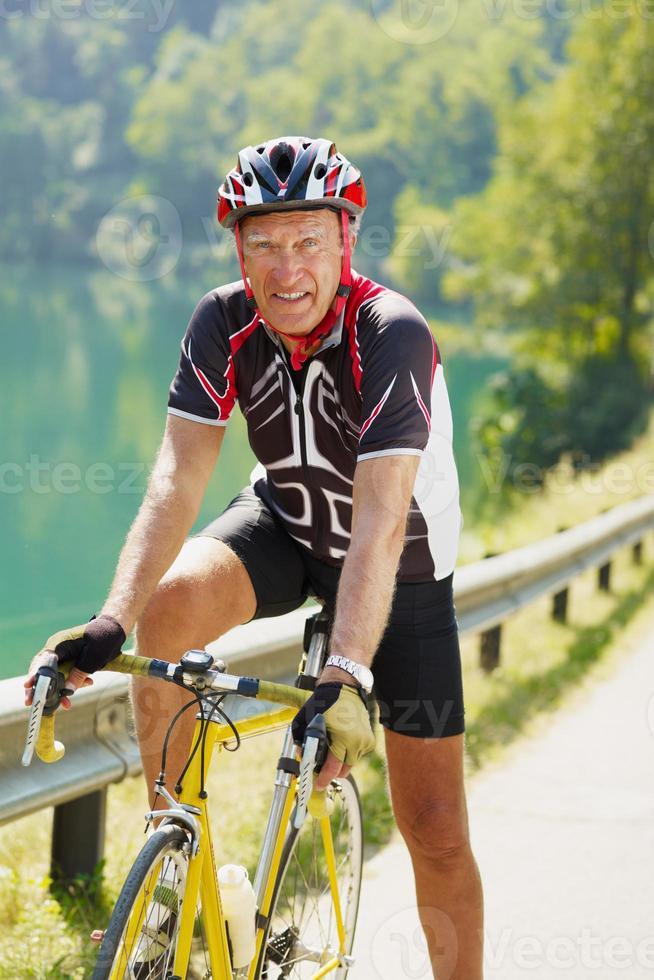 älterer Radfahrer foto