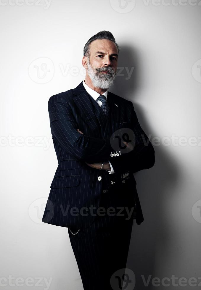 Porträt des stilvollen Mannes mittleren Alters, der trendigen Anzug trägt. Vertikale foto