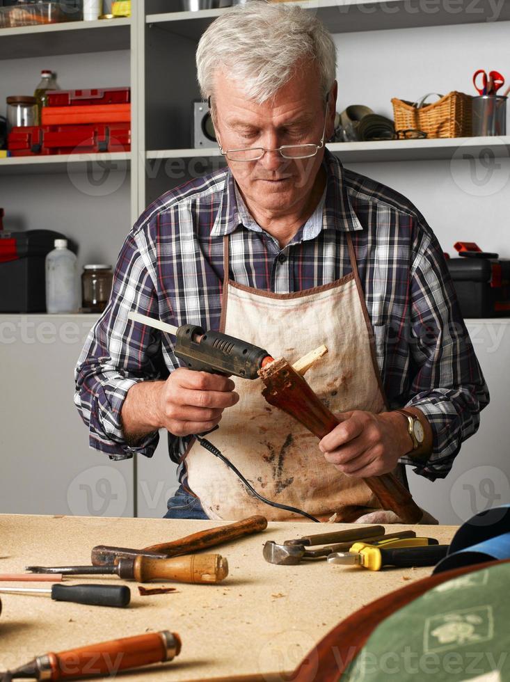 aktiver älterer Mann arbeitet foto