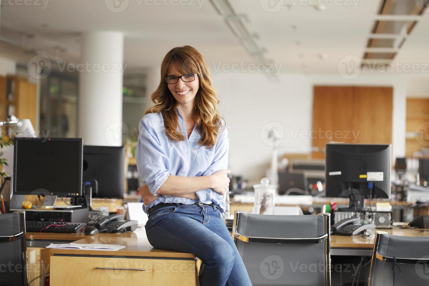reife Geschäftsfrau im Amt foto