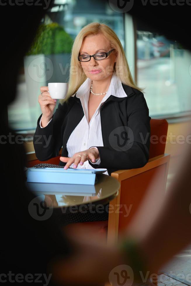offenes Foto einer attraktiven blonden Geschäftsfrau mittleren Alters, die arbeitet