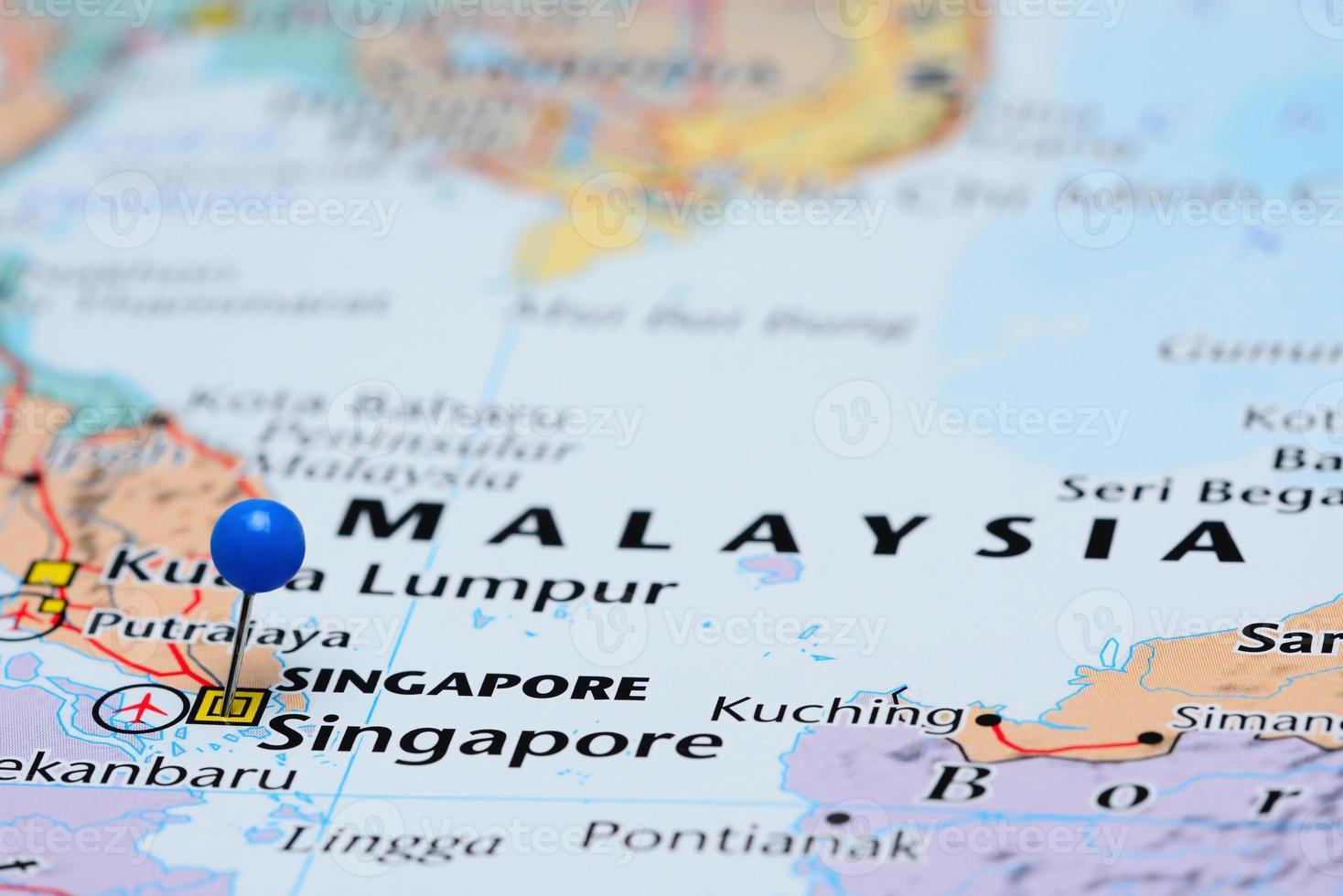 Singapur auf einer Karte von Asien festgesteckt foto