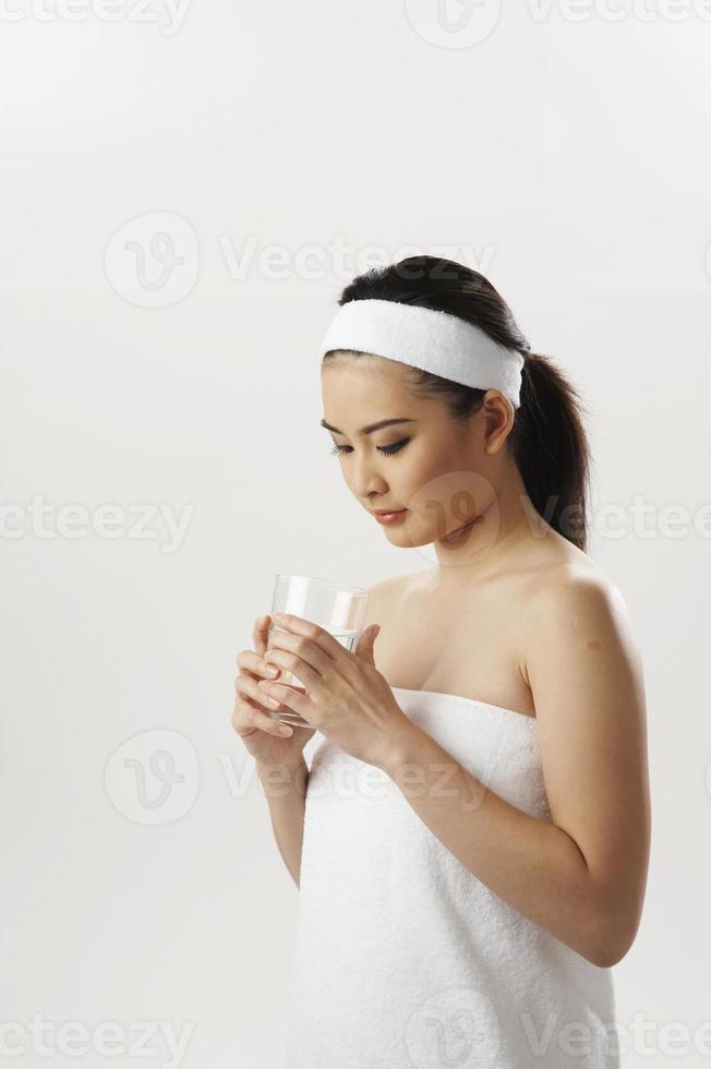 Frau hält ein Glas Wasser foto