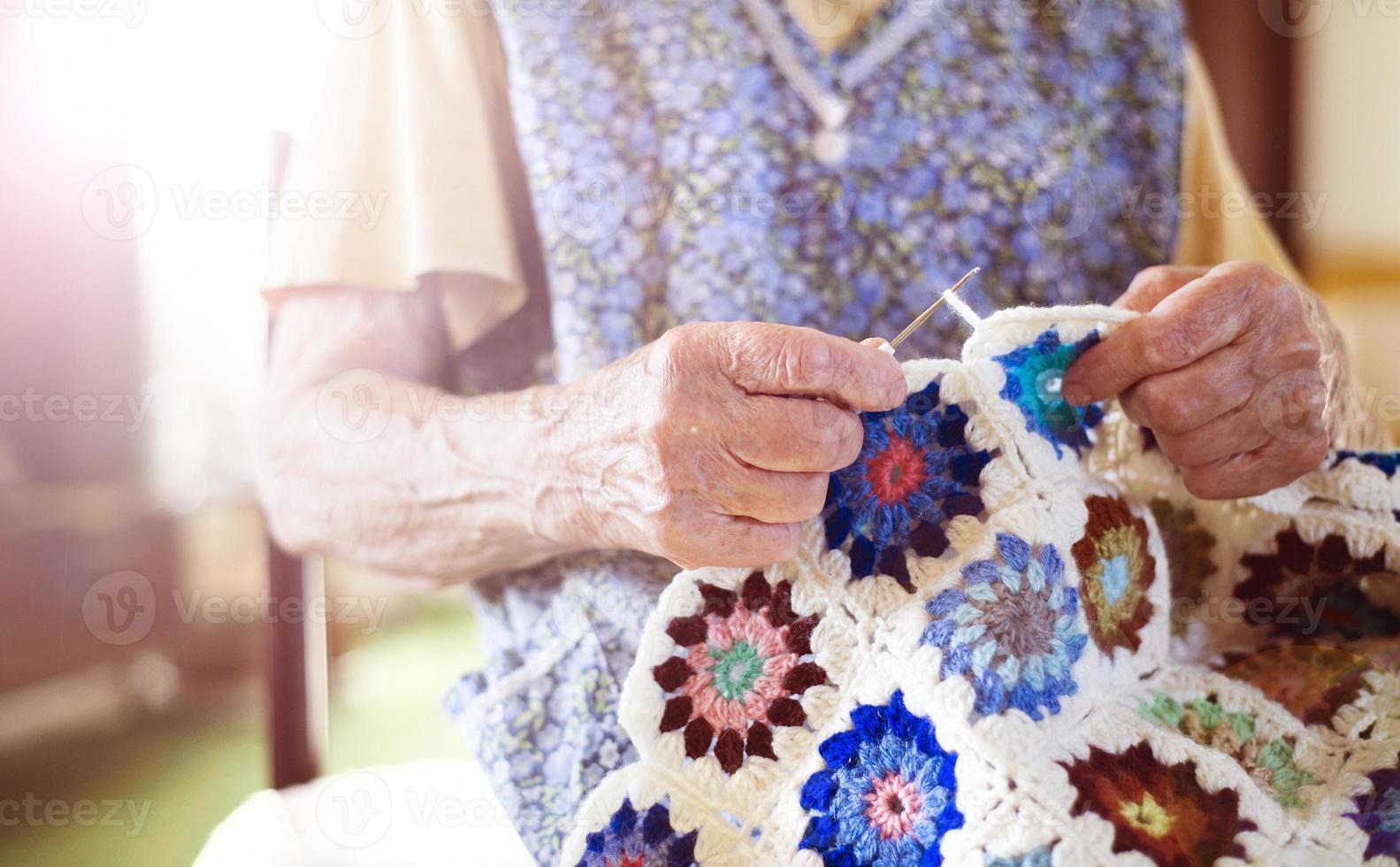 alte Frau stricken foto