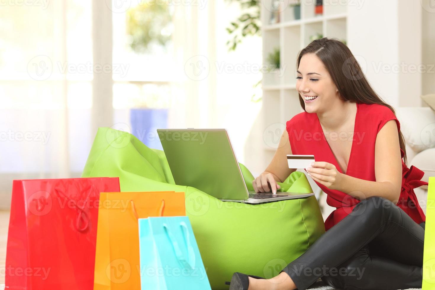 Frau, die online mit Kreditkarte kauft foto