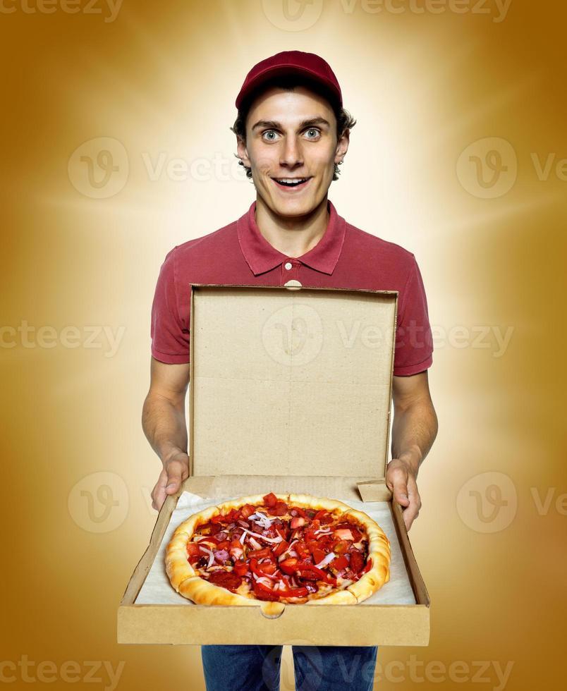 lächelnder Lieferung männlicher Kurierfirmenarbeiter, der eine Pizza liefert foto