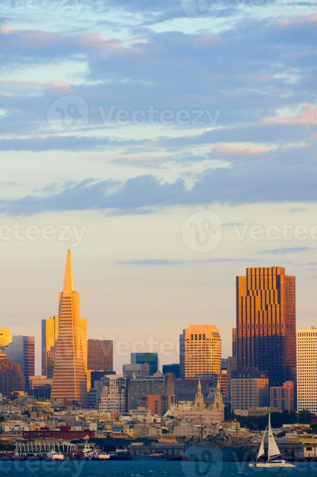 Blick auf die Skyline von San Francisco bei Sonnenuntergang foto