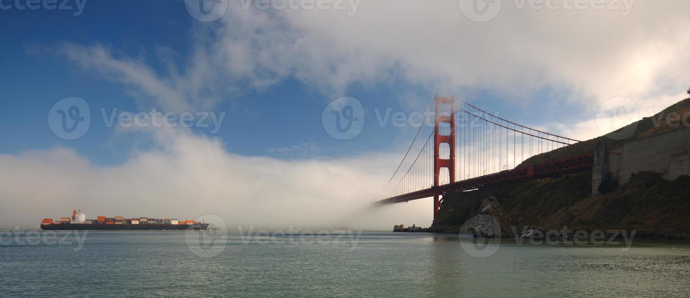 Frachtschiff nähert sich Golden Gate Bridge foto