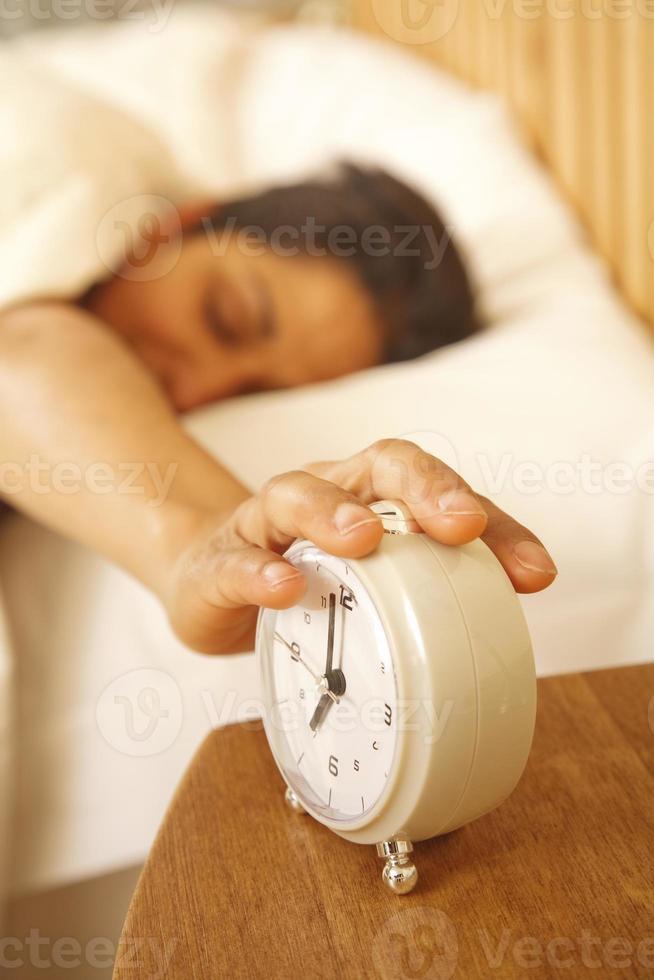 Frau, die Alarm ausschaltet foto