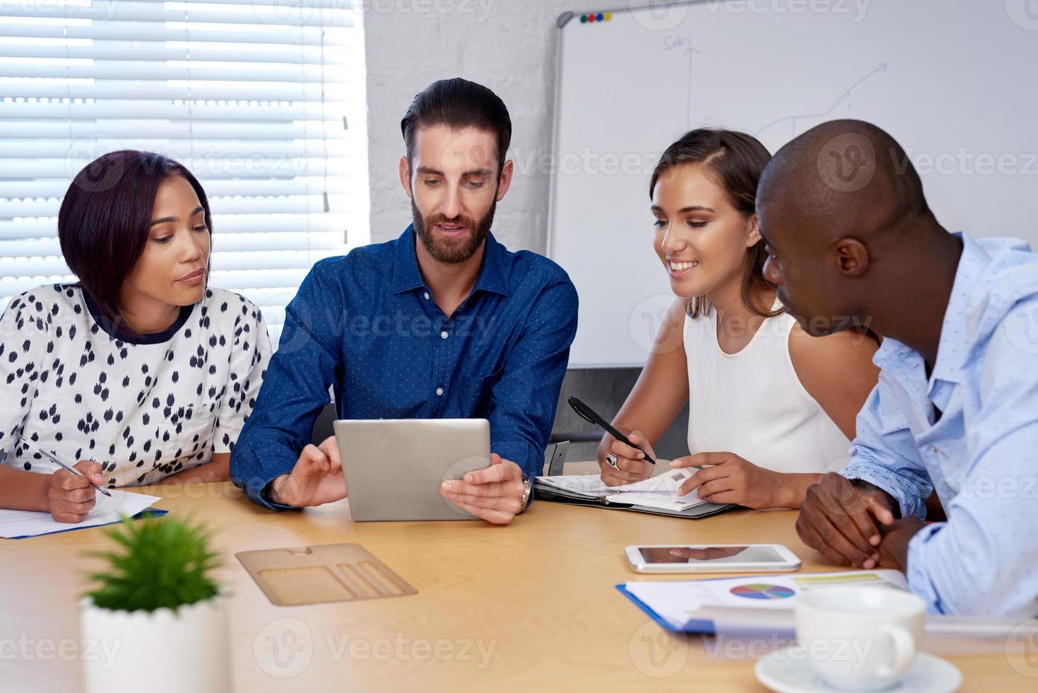 Treffen eines gemischtrassigen Geschäftsteams foto