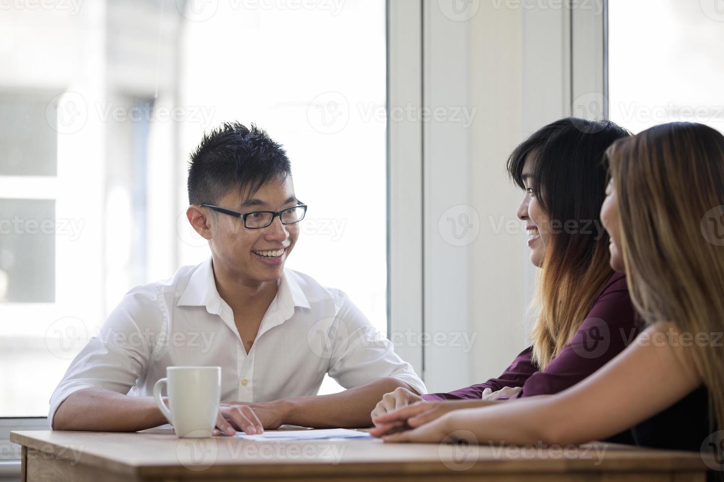 asiatisches Geschäftsteam mit einem Treffen. foto