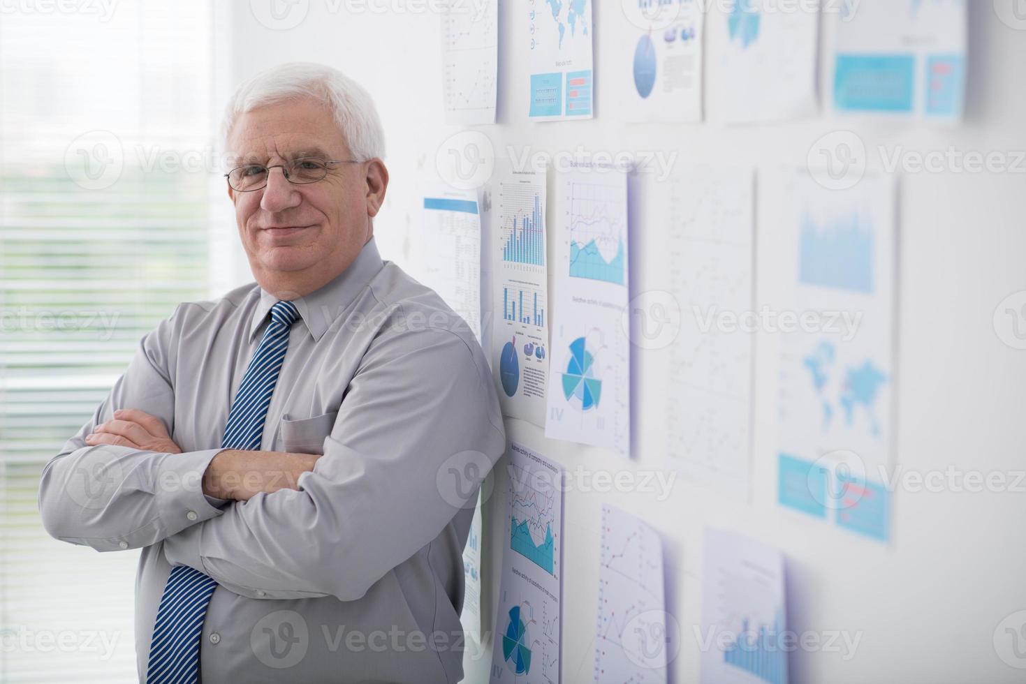 lächelnder selbstbewusster Geschäftsmann foto
