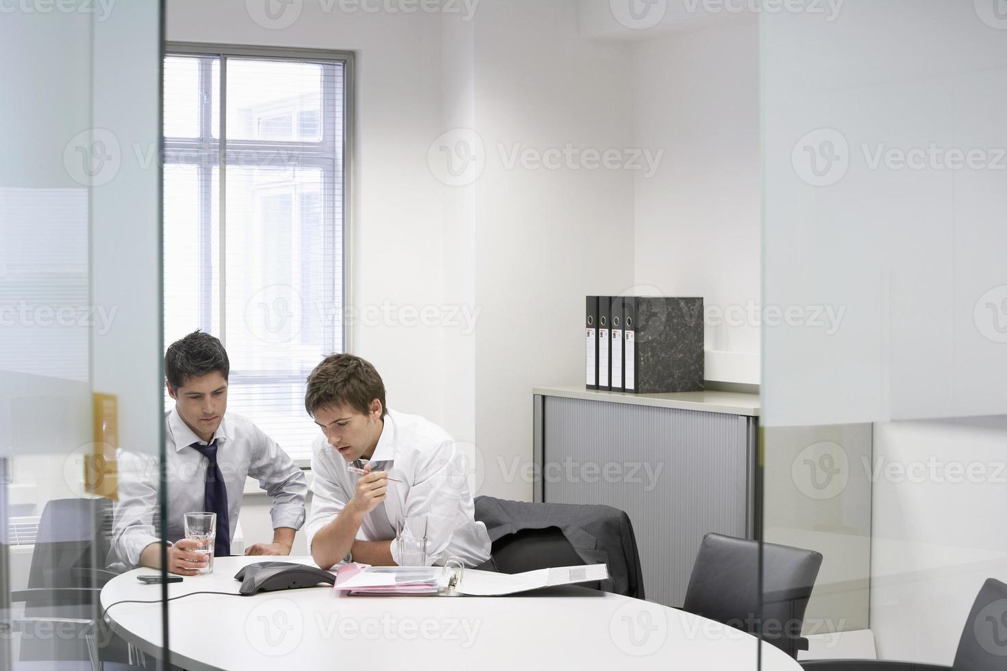 Geschäftsleute mit Telefonkonferenz foto