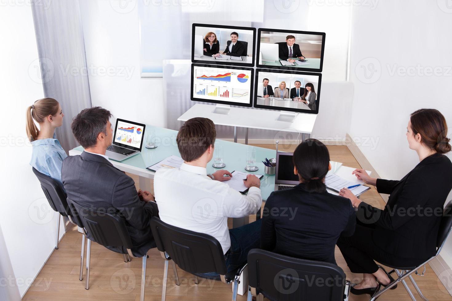 Gruppe von Geschäftsleuten in Videokonferenz foto