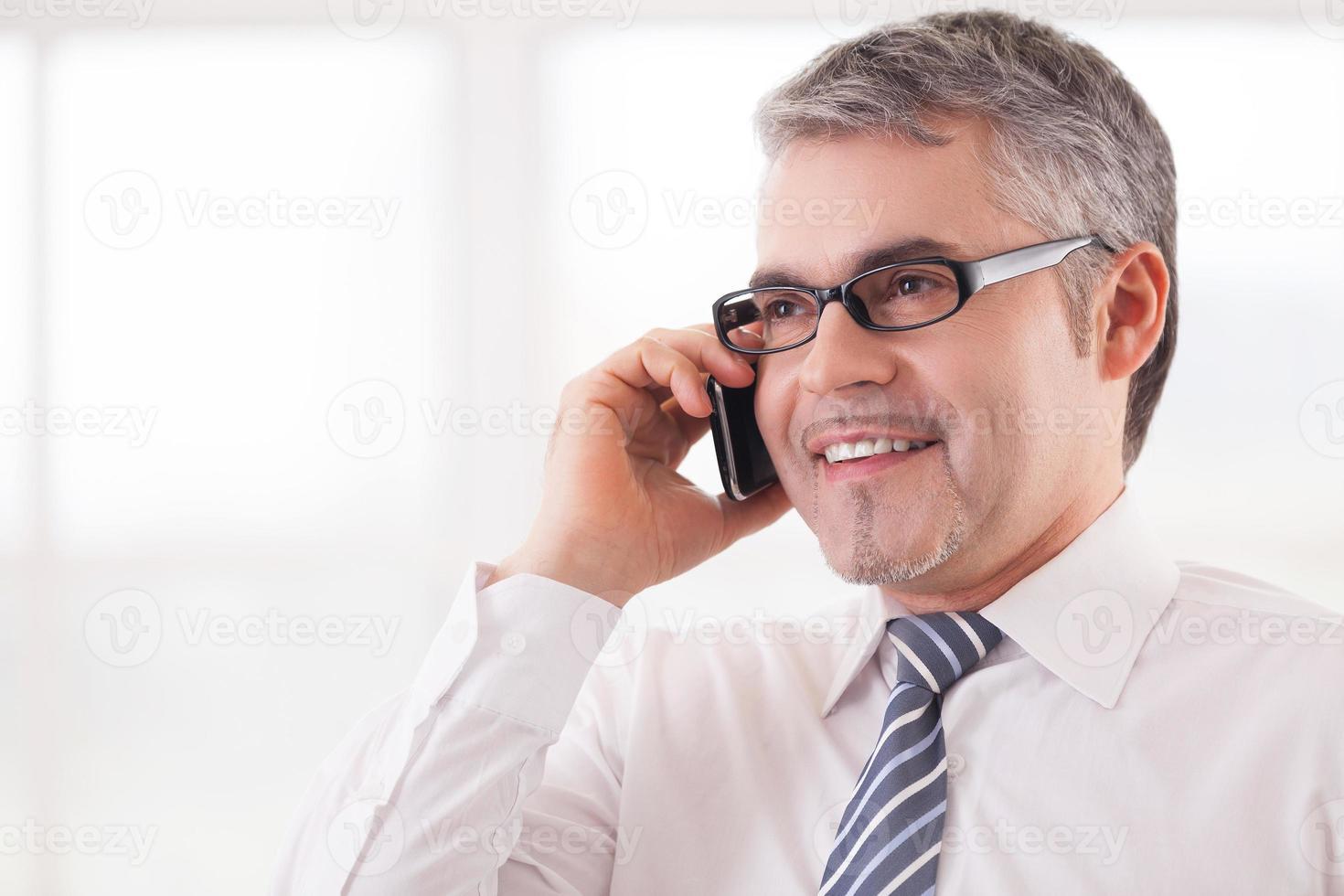 Geschäftsmann am Telefon. foto