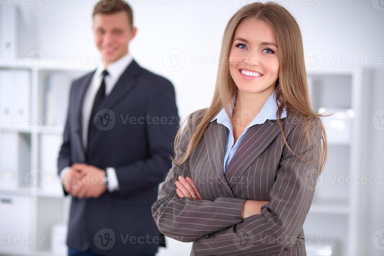 schöne Geschäftsfrau auf dem Hintergrund der Geschäftsleute foto