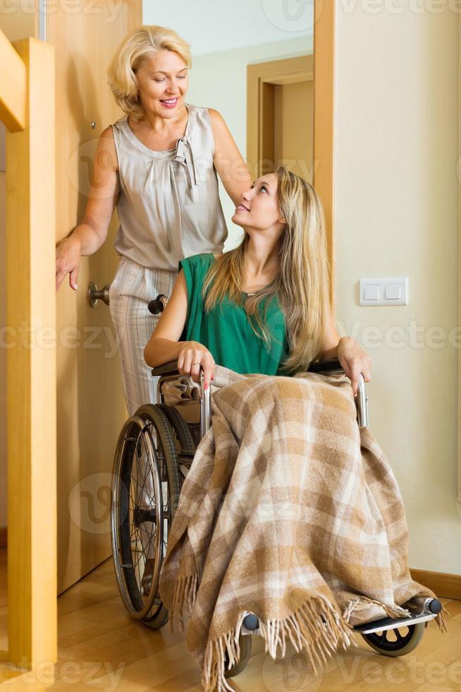 glückliche Frauen im Rollstuhl foto