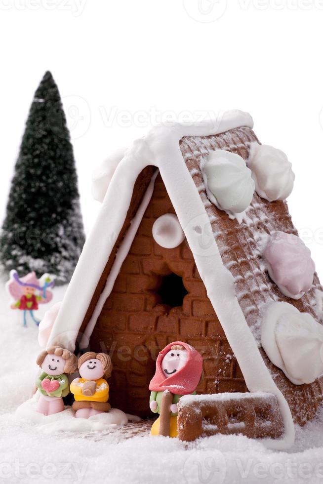 Lebkuchenhauskuchen im Schnee. foto