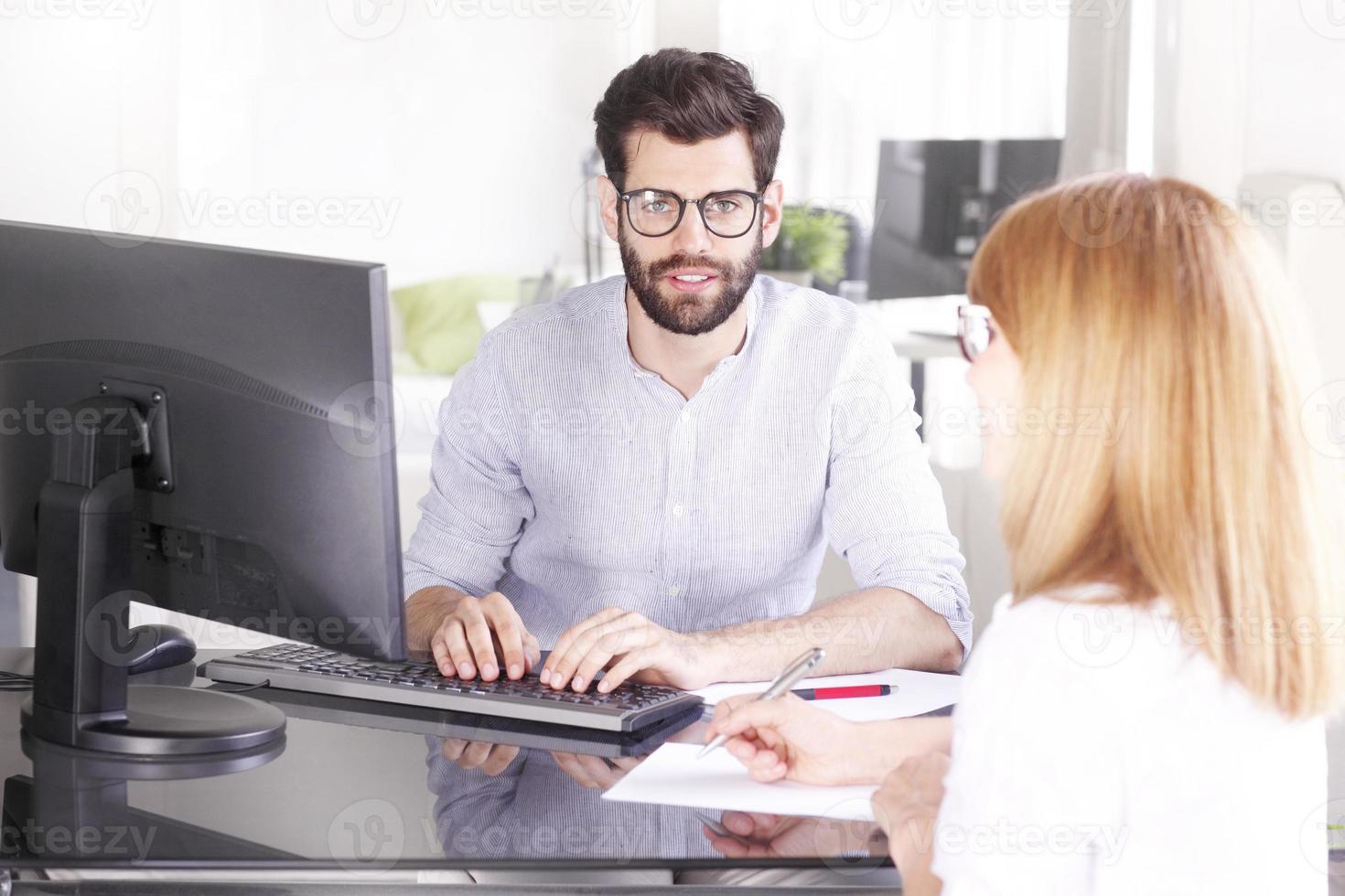 Teamarbeit im Büro foto