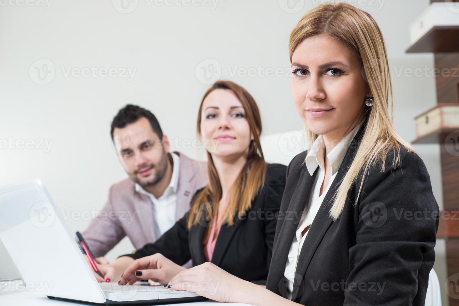 schöne Geschäftsfrau im Büro. foto